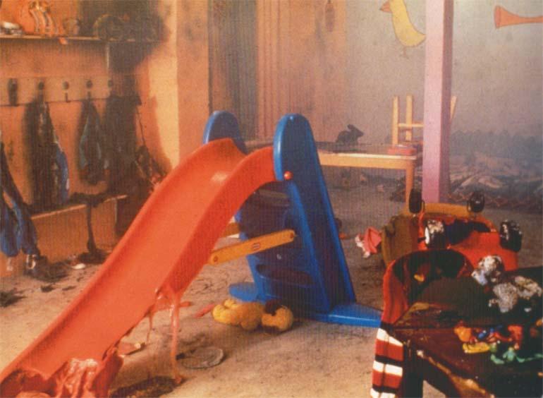 Christian lemmerts: scene, esbjerg kunstmuseum, 1994. (forrådnende